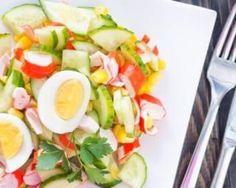 Salade de crudités au surimi : http://www.fourchette-et-bikini.fr/recettes/recettes-minceur/salade-de-crudites-au-surimi.html