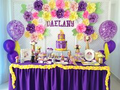 Todas queremos que el cumpleaños de nuestras niñas sea digno de una princesa, por eso hoy les traigo 5 esenciales que harán que tu mesa de postres sea la mas hermosa de todas! La mesa del bizcocho…