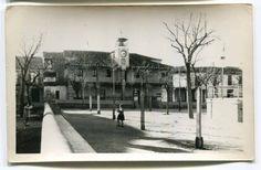 https://flic.kr/p/GxcTNW | Escalona del Alberche (Toledo): Plaza 7 de octubre | Título: Escalona del Alberche (Toledo)  Publicación:  [S.l.] : Laboratorios Fotográficos Alberto, [1960]  Descripción física: 1 fot. : b/n(tarjeta postal) ; 9x14cm. Signatura: POS 4492