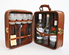 New Vintage Travel Accessories Awesome 34 Ideas Mobile Bar, Mini Bars, Don Papa, Mad Men Party, Portable Bar, Old Suitcases, Dry Gin, Bar Set, Bar Tools