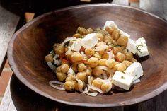 Não se assuste com os temperos: os toques de pimenta, coentro e hortelã transformam esta salada de grão-de-bico e queijo de cabra numa festa para o paladar.