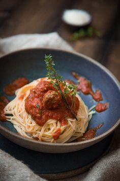 Herzhafte Tomatensoße mit vielen kleinen saftigen Fleischbällchen, schnell gemacht und in Windeseile auf dem Familientisch. Die Kids werden sie lieben!