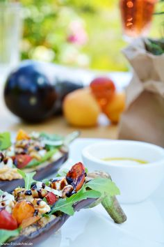 Gegrillte & gefüllte Aubergine dazu karamellisierte Walnüsse, Aprikosen und Rucola