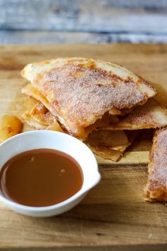 Caramel Apple Quesadillas, perfect dessert for Fall! Caramel Apple Pie Quesadillas are the quick and easy way to get that apple pie flavor any time you want! It is an amazing fast dessert perfect for fall! Fruit Recipes, Apple Recipes, Fall Recipes, Mexican Food Recipes, Apple Desserts, Fast Dessert Recipes, Recipes Dinner, Mexican Desserts, Healthy Recipes