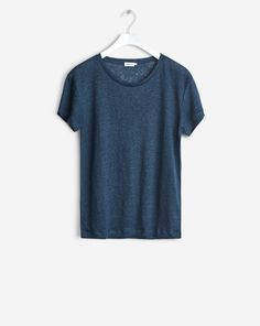 Timeless Roundneck tee with a loose straight fit. - Classic tee - Linen  Jersey - Loose straight fit The model is and wears size S. d8dc44655c69d