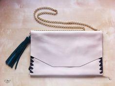 Hellen #bag - #Vbell More: http://tooloverblog.com/2014/01/05/close-up-v-bell/