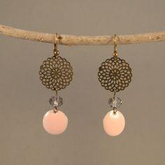 Boucles d'oreilles Lait fraise en laiton, sequins émaillés rose pastel, perle de cristal irisé : Boucles d'oreille par vaninavanini