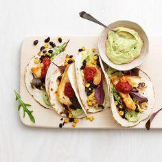 Halloumi-taco med avokado-kräm... Uppdatera tacos med halloumi, bönor, majs och avokadokräm! Stek ost på hög värme för ordentlig krispighet och smak. Vegetarian Recepies, Raw Food Recipes, Veggie Recipes, Cooking Recipes, Healthy Recipes, Veggie Meals, Tapas, Food Inspiration, Love Food