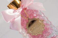 Quando pensamos em dar uma Lembrancinha queremos que a pessoa guarde aquilo pra sempre! <br>Então que tal investir em uma que por anos vai ser usada e lembrada ? <br>Nosso sabonete liquido, vem num vidro de 130 ml com uma medalha personalizada banhada a Ouro. <br> <br>Um arraso !