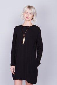 Candice är en klassisk A-linjeformad klänning från svenska Rodebjer med långa ärmar, dolda fickor och en djup nyckelhålsslits i ryggen. Präva även att vända den bak-och-fram för en riktigt fin festvariant. Ett måste i garderoben!