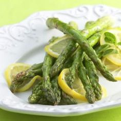 Lemon Lovers' Asparagus Roast whole slices of lemon along with the asparagus for a beautiful look and sparkling, bright taste. Great with seafood, especially salmon or scallops. Side Recipes, Vegetable Recipes, Dinner Recipes, Brunch Recipes, Dinner Ideas, Asparagus Recipe, Lemon Asparagus, Asparagus Spears, Baked Asparagus