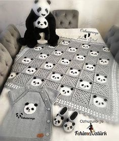 Image may contain: indoor Baby Afghan Crochet, Crochet Quilt, Crochet Granny, Diy Crafts Crochet, Crochet Home, Crochet Stitches Patterns, Baby Knitting Patterns, Crochet Panda, Crochet Baby Clothes