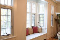 Para aproveitar o cantinho da janela, um banco com almofadas coloridas. Foto: Desire to Inspire.