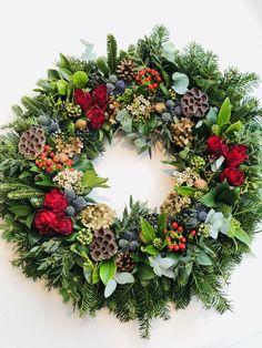 Christmas Flower Decorations, Christmas Door Wreaths, Christmas Flowers, Christmas Mood, Holiday Wreaths, Christmas Crafts, Wreath Forms, Arte Floral, Diy Wreath