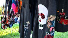 La celebración del Día de los Muertos, más viva que nunca en California: la tradición mexicana se ha puesto de moda entre grupos de jóvenes estadounidenses y se ha vuelto un fenómeno del diseño moderno de ropa y objetos, en especial en los estados de la costa oeste del país. (Fotos y textos: Valeria Perasso, BBC Mundo)  Más en http://bbc.in/PL301u