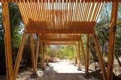 Galeria de Pergolado de madeira como uma continuação entre a cobertura e os pontos de apoio - 20