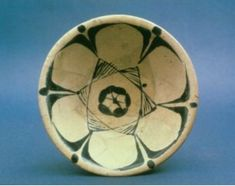 Abbasid bowl with decoration in the Museum of Oriental Art - Rome. This type is one of the oldest examples in the Islamic world of an imitation of the much-valued T'ang Chinese porcelain. The decorative motif in the centre is a Seal of Solomon. Islamic World, Islamic Art, Prophets And Kings, Symbols Of Islam, Seal Of Solomon, Solomons Seal, Virtual Museum, Star Of David, North Africa