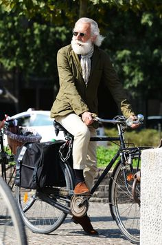 Men's street style - bike style - bike street style - epic beard - old man fashion