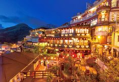 出典:http://matome.naver.jp ジブリ映画『千と千尋の神隠し』の舞台になったと噂されている場所があることをご存知ですか? その場所とは、台湾の九份(きゅうふん)。 九份は、台湾の北部にある山間の町で『千と千尋の神隠し』の舞台として注目されるようになってから、多くの日本人観光客が訪れるようになりました。 まさに映画の世界のような、ノスタルジックな雰囲気が立ち込める九份の魅力をご紹介します! 1.湯屋のモデル『阿妹茶酒館』 出典:http://www.hankyu-travel.com 阿妹茶酒館(アーメイチャージョウグァン)は、湯婆婆の湯屋のモデルになったとされている茶屋です。 天気のいい日には太平洋と九份の街並みが一望できるテラス席がオススメ。 お店の中から見ることができる昼間の景色と、夜の闇に浮かぶノスタルジックな夜の外観の両方を楽しみましょう。 2.阿雲傅統切仔麺店の魚のスープ 出典:http://www.tabitabi-taipei.com 『阿雲傅統切仔麺店(アーユンチュアントンチェザイミェンディエン)』は、創業50年の老舗食堂です。…