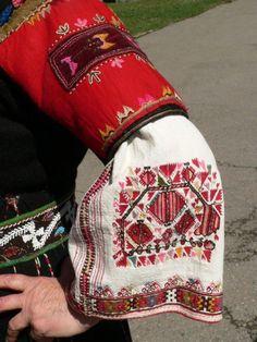 Носията- традиционното българско облекло Символът и словото в дрехата Да наричаш с бод Настоящото изследване се занимава ...