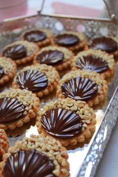 Galletas con chocolate, praliné y dulce de leche. Translato… Cookies with chocolate, praline and dulce de leche. Translator at site ! Yes you can! Parfait Desserts, Köstliche Desserts, Delicious Desserts, Dessert Recipes, Yummy Cookies, Cupcake Cookies, Yummy Treats, Sweet Treats, Cupcakes