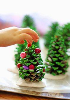 bricolage Noël enfant - sapin de Noël en pomme de pin décorée de peinture verte, paillettes et perles pony