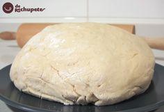 Empanada gallega, que rica! En Galicia tenemos una panadería en cada pueblo o aldea y lo normal es llevar a esa panadería el compango en la cazuela y el panadero, que ya tiene la masa hecha y elabora esa empanada.