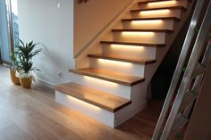 Schody na beton podświetlone Concrete Stairs, Wood Stairs, House Stairs, Interior Stairs, Interior Design Living Room, Living Room Designs, Staircase Makeover, Stair Lighting, Modern Stairs