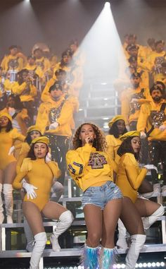 Beyonce teamed up with Olivier Rousteing and Balmain to drop a charitable collection inspired by her Coachella looks. Beyonce 2013, Beyonce E Jay Z, Style Beyonce, Rihanna, Beyonce Knowles Carter, Beyonce Pics, Beyonce Run The World, Festival Coachella, Coachella 2018