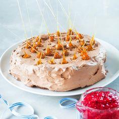 Vadelmaisessa suklaamoussekakussa on vain vähän pohjaa ja runsaasti herkullista moussetäytettä. Tarjoa kakku vadelmakastikkeen kanssa.