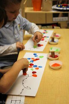 Atividade prática de pintura e habilidade motora.