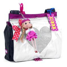 • Canvas kindertas - doll pink  € 34,95 • Afmetingen: 30 x 26 x 7 cm  De canvas kindertas heeft een groot hart op de voorkant en is te sluiten door middel van een drukknoop. Aan de tas hangt een leuk popje als decoratie. De kindertas bevat een vak voor je drinkbeker en een mobielhouder. Daarbij is de tas voorzien van een verstelbare schouderband.