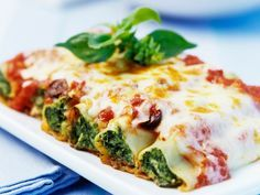 The full pasta sauce: Baked CANNELLONI filled with RICOTTA and SPINAT - Cannelloni with ricotta and spinach: instead of pine nuts with walnuts. Veggie Recipes, Pasta Recipes, Gourmet Recipes, Vegetarian Recipes, Cooking Recipes, Healthy Recipes, Cake Recipes, Tapas, Vegetarian