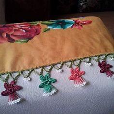 Yeni Tığ Oyaları Floral Tie, Crochet Projects, Coin Purse, Crochet Patterns, Wallet, Purses, Crafts, Accessories, Candle