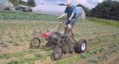 Engenhoso Homem Inventa a Sua Própria Máquina Agrícola Com Velhas Peças Para Facilitar o Trabalho