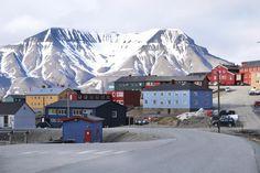 Longyearbyen, Svalbard Quand voir des aurores boréales ? À Svalbard, vous pourrez observer des Aurores de novembre à février, mais la majorité des visiteurs viennent découvrir un autre phénomène naturel : la Nuit polaire. De la mi-novembre à la fin du mois de janvier, le soleil ne se lève plus et Svalbard est donc plongée dans une obscurité permanente. Grâce à cette obscurité permanente, vous augmentez vos chances d'observer des Aurores.