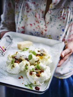 Eiwolkjes met basilicum-pistachepesto en krokante chorizo - Libelle Lekker  Deze cloud eggs zijn een lekker hip brunchgerecht.