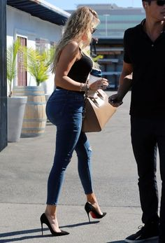 Khloe Kardashian Photos - Members of the Kardashian family are seen heading into a studio in Los Angeles. - The Kardashian Family Gathers at a Studio Khloe Kardashian Skinny, Koko Kardashian, Khloe Kardashian Photos, Kardashian Family, Chic Outfits, Fashion Outfits, Hot Cheerleaders, Indian Bollywood Actress, Stylish Dresses
