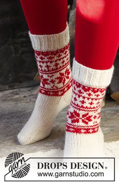 """Cheerful Steps"" - DROPS #Christmas socks with Nordic pattern. - Free #knitting pattern"