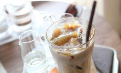 Uutetun kahvin joukkoon voi lisätä maitoa ja/tai makusiirappeja. Tai sen voi juoda sellaisenaan.