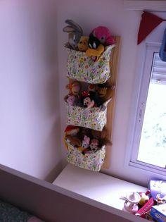 Suporte em madeira para organizar o quarto das crianças com charme e alegria. Cada suporte triplo acompanha três cestinhos de tecido (consulte-nos para as estampas disponíveis). Perfeito para acomodar pelúcias, brinquedos e até fraldas e acessórios dos bebês.
