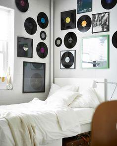 Eine Wand mit einer Galerie aus gerahmten Schallplatten.