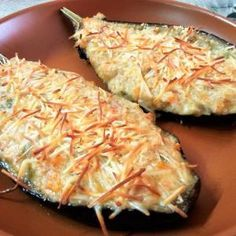 Berinjela com atum no forno Delicious eggplant stuffed with vegetables, tuna and white sauce for easy preparation. eggplant to make eggplant recipe I Love Food, Good Food, Yummy Food, Tasty, Fast Healthy Meals, Healthy Eating, Healthy Recipes, Food N, Food And Drink