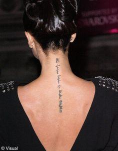 Une citation dans le dos pour Victoria Beckham. Sexy et spirituelle...