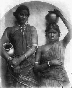 Two Ceylonese women with water jars circa Photo Julia Margaret Cameron History Of India, Asian History, Black History, Antique Photos, Vintage Photos, Rare Photos, Old Photos, Indiana, Julia Margaret Cameron