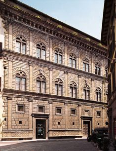 Palazzo Rucellai is a palatial fifteenth-century townhouse on the Via della Vigna Nuova in Florence. The Rucellai Palace splendid facade was one of the first to proclaim the new ideas of Renaissance architecture. Baroque Architecture, Classical Architecture, Historical Architecture, Amazing Architecture, Architecture Design, Palazzo, Ap Art History 250, Italian Renaissance Art, Classic Building