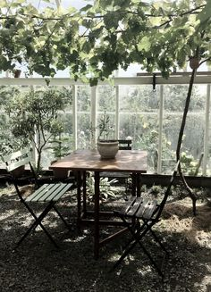 Cozy cafe-like little table to sit down and relax at in the conservatory garden :)!