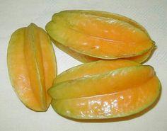Fruta Exotica Carambola o Fruta Estrella  La fruta estrella o carambola es una fruta tropical que está ganando popularidad en los Estados Unidos. Esta fruta se llama así por la forma de estrella de cinco puntas cuando se corta por la mitad de la fruta. Tiene un ceroso, de color amarillo dorado a la piel de color verde con una complicada combinación de sabores que incluye ciruelas, piñas y limones.