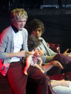 .....and The Father of the Year Award goes to Niall Horan. LOOK AT THE BABY'S FACE. IT LOOKS SCARED.