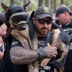 I absolutely love this picture - to me it shows, love, unity, strength, commitment - beautiful x Military Working Dogs, Military Dogs, Police Dogs, Military Police, Beautiful Dogs, Animals Beautiful, War Dogs, Man And Dog, Men In Uniform
